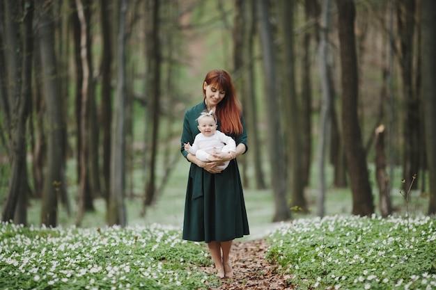Mãe e filha estão felizes por estar juntos Foto gratuita
