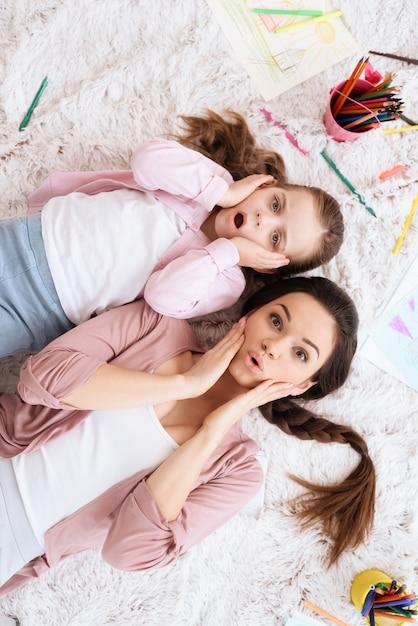 Mãe e filha estão posando na câmera. Foto Premium