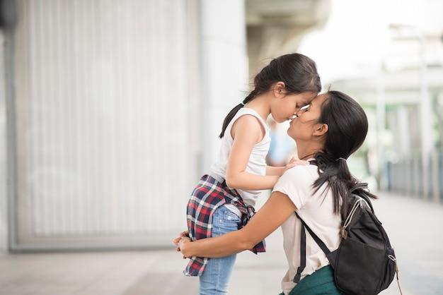 Mãe e filha falando sobre viagens na cidade Foto gratuita