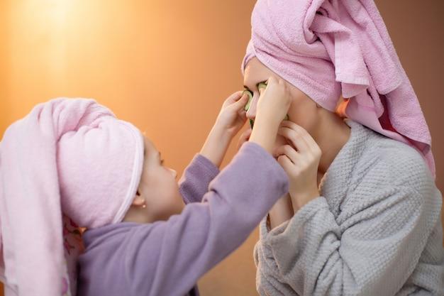 Mãe e filha fazendo tratamentos de spa em casa Foto Premium