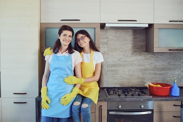Mãe e filha limpando a casa. família. Foto Premium
