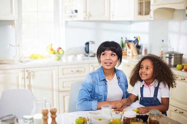 Mãe e filha na cozinha Foto gratuita