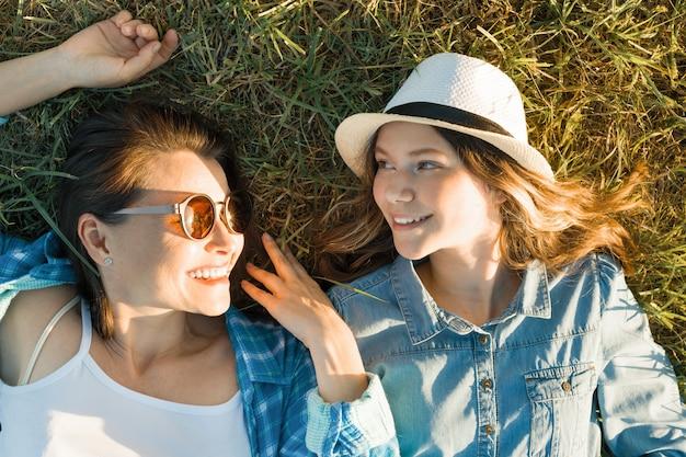 Mãe e filha na grama Foto Premium