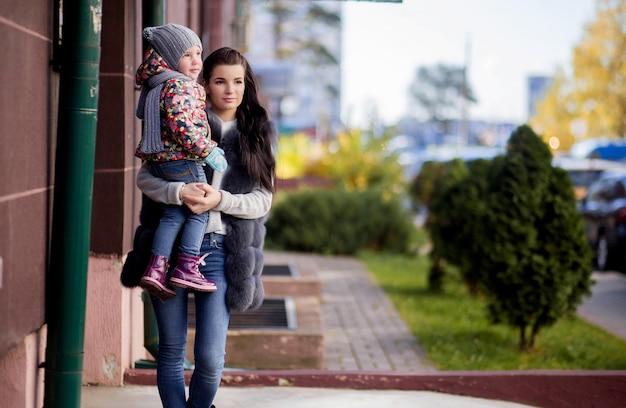 Mãe e filha na porta da casa Foto Premium