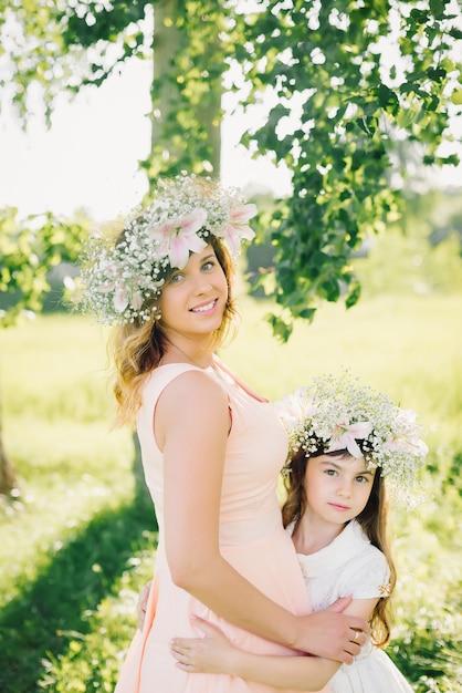 Mãe e filha no verão ao ar livre Foto Premium