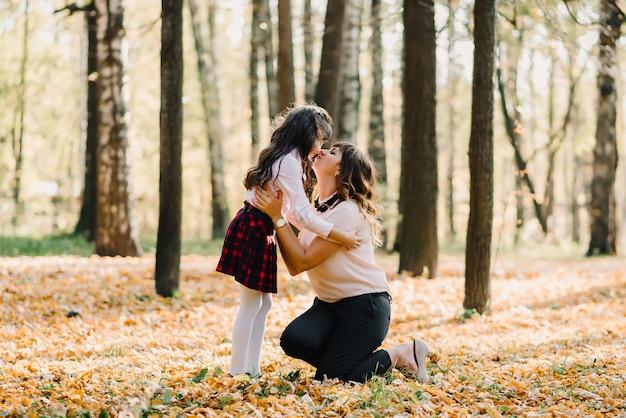 Mãe e filha outono no parque Foto Premium