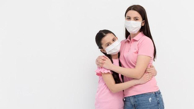 Mãe e filha posando juntos Foto gratuita