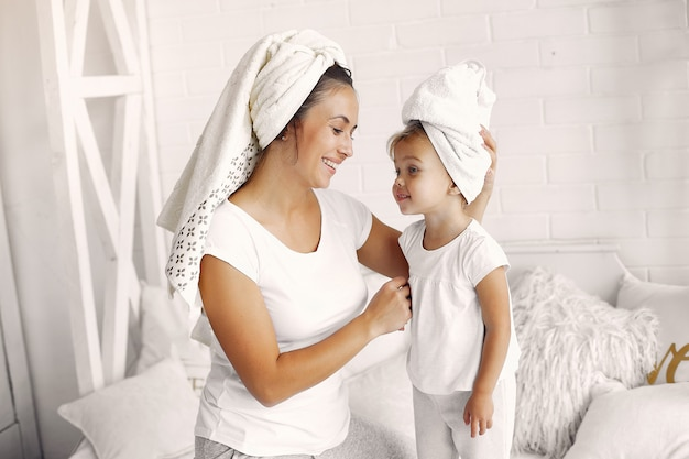 Mãe e filha se divertem em casa Foto gratuita