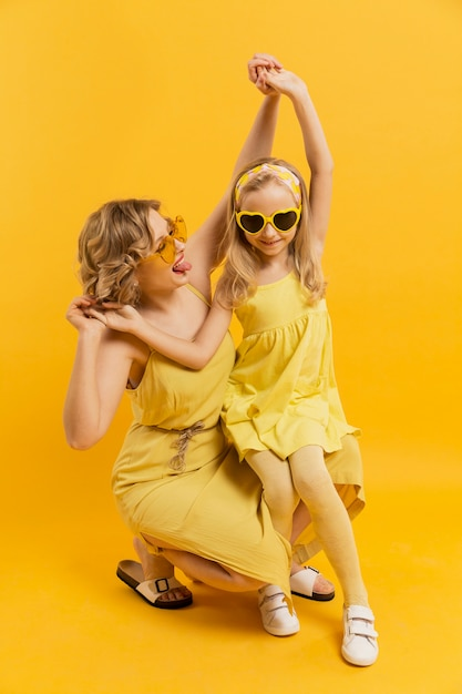 Mãe e filha se divertindo Foto gratuita
