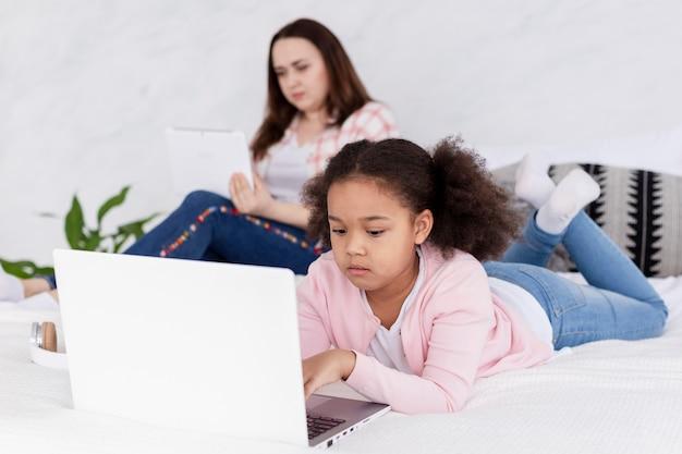 Mãe e filha trabalhando juntos em casa Foto gratuita