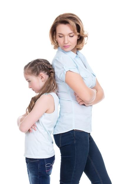Mãe e filha tristes tendo problemas ou brigas em um estúdio isolado no branco Foto gratuita