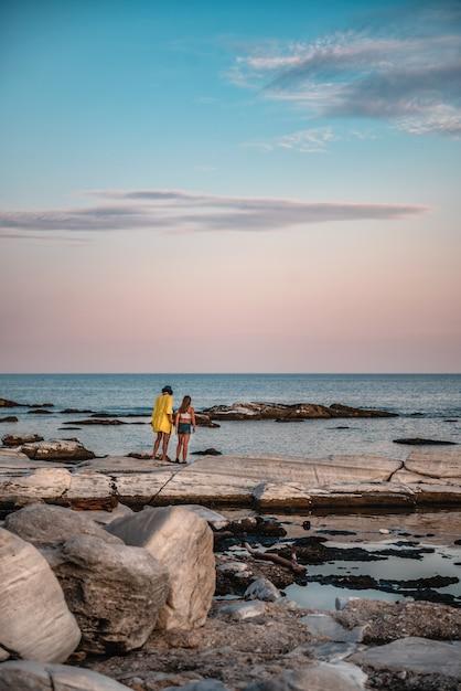 Mãe e filha vagando na antiga pedreira Foto Premium