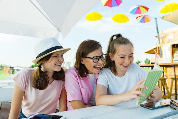 Mãe e filhas adolescentes se divertem Foto Premium