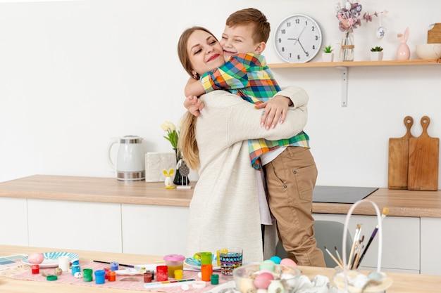 Mãe e filho abraçando Foto gratuita