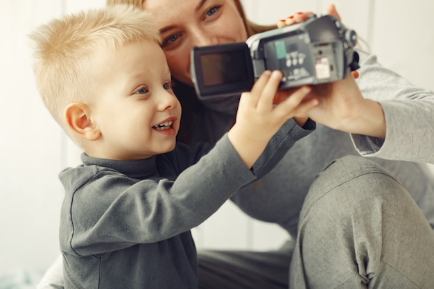 Mãe e filho brincando em casa Foto gratuita