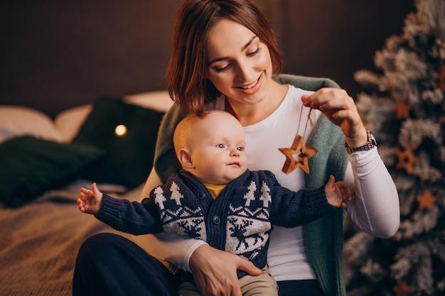 Mãe e filho celebrando o natal Foto gratuita