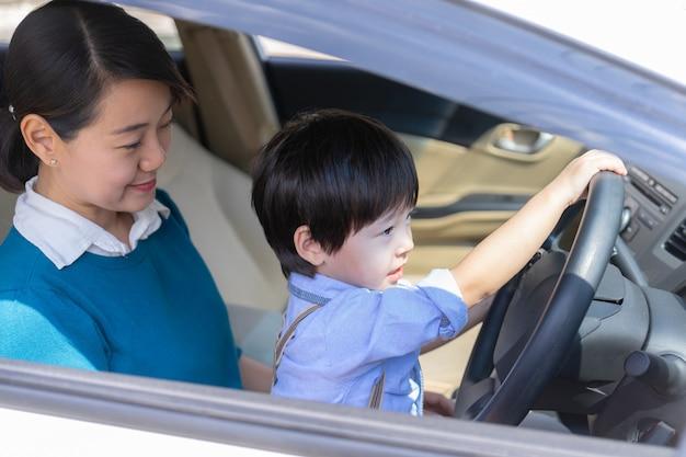 Mãe e filho gostam de brincar com volante Foto gratuita