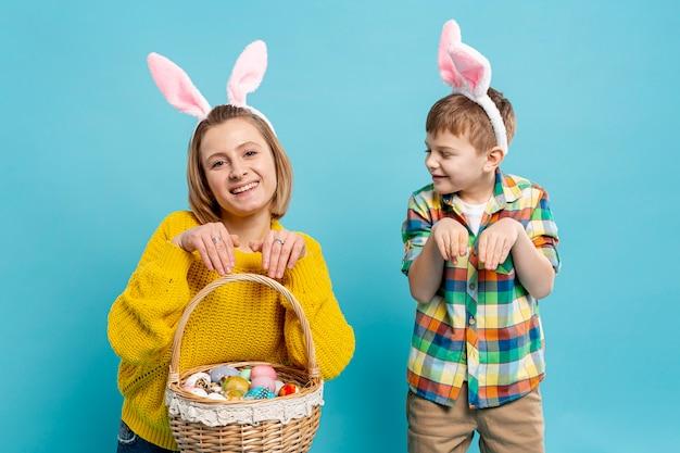 Mãe e filho, imitando a posição do coelho Foto gratuita
