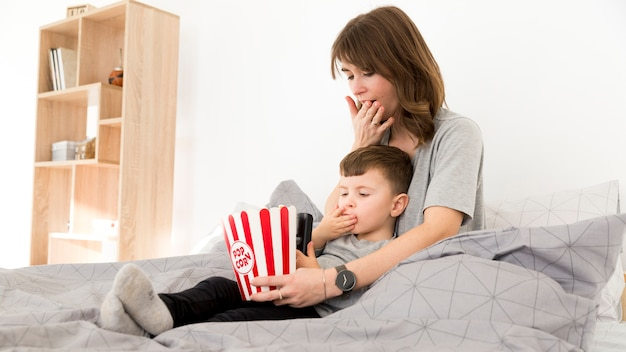 Mãe e filho lambendo os dedos Foto gratuita