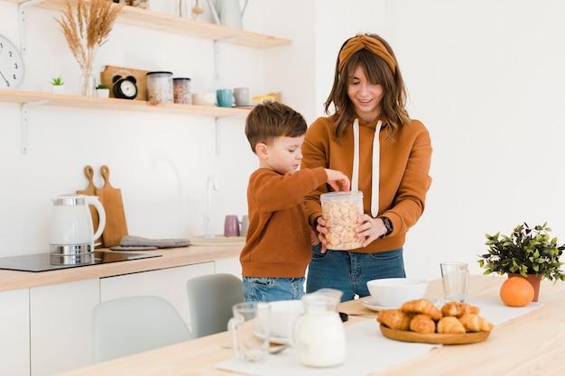 Mãe e filho na cozinha Foto gratuita