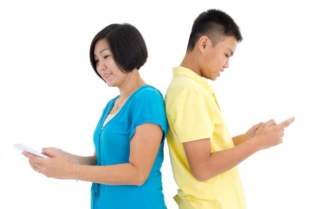 Mãe e filho ocupado com smartphones em casa Foto Premium