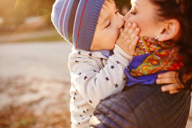 Mãe e filho se divertindo à beira do lago Foto gratuita