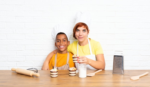Mãe e filho vestido como chef em uma cozinha Foto Premium