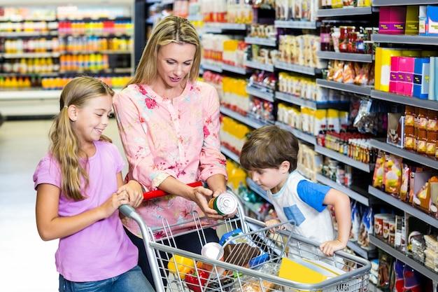 Mãe e filhos no supermercado juntos Foto Premium
