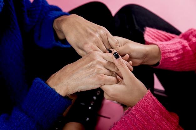 Mãe e menina close-up de mãos dadas Foto gratuita