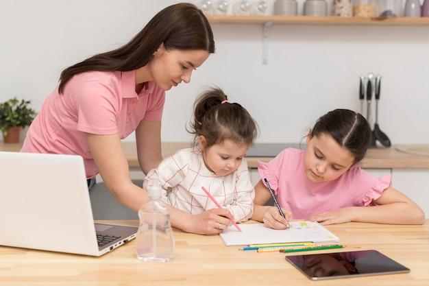 Mãe e meninas colorir Foto gratuita