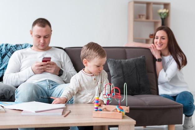 Mãe e pai com bebê em casa Foto gratuita