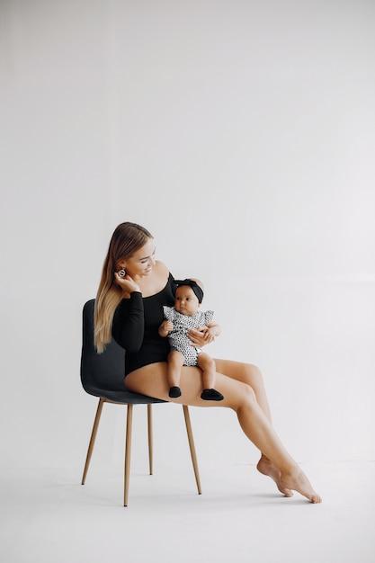 Mãe elegante com filha pequena Foto gratuita