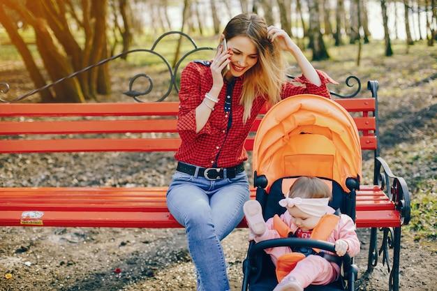 Mãe elegante com filhinha Foto gratuita