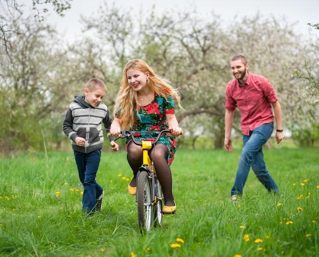 Mãe ensinando filho a andar de bicicleta pelo seu exemplo Foto Premium