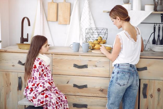 Mãe fazendo chá para sua filha doente Foto gratuita