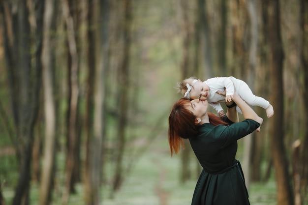 Mãe feliz beija seu bebê Foto gratuita