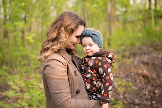 Mãe feliz com a criança na natureza Foto gratuita