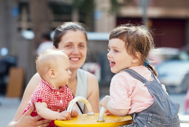 Mãe feliz com dois filhos Foto gratuita