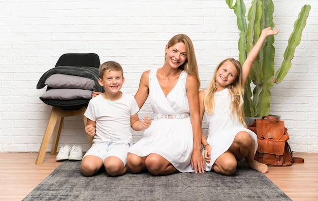 Mãe feliz com seus dois filhos em ambientes fechados Foto Premium