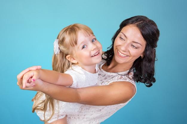 Mãe feliz e menina da criança Foto Premium