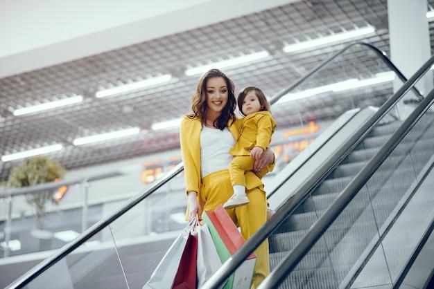 Mãe filha, com, bolsa para compras Foto gratuita
