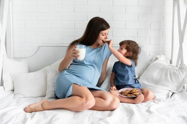 Mãe filha, comer, chocolate, biscoitos Foto gratuita