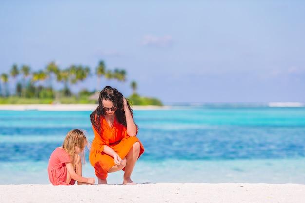 Mãe filha, desfrutando, tempo, em, praia tropical Foto Premium