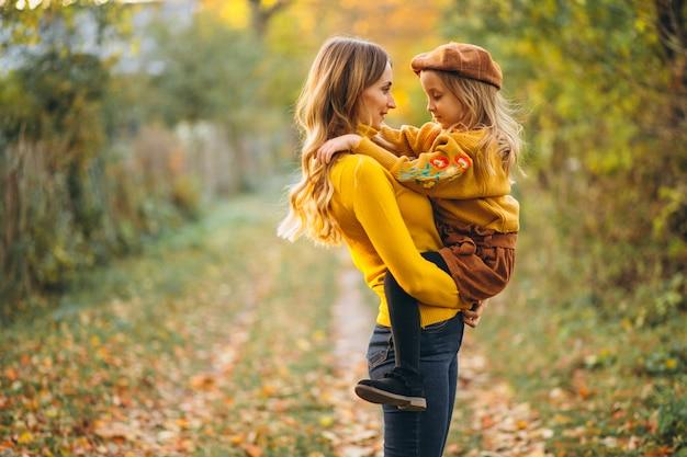 Mãe filha, em, parque, cheio, de, folhas Foto gratuita