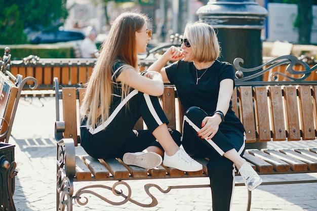 Mãe filha em uma cidade Foto gratuita