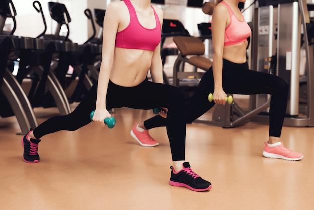 Mãe filha, fazendo, exercícios, com, dumbbells Foto Premium