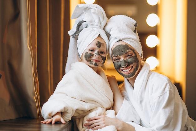 Mãe filha, fazendo, máscaras Foto Premium