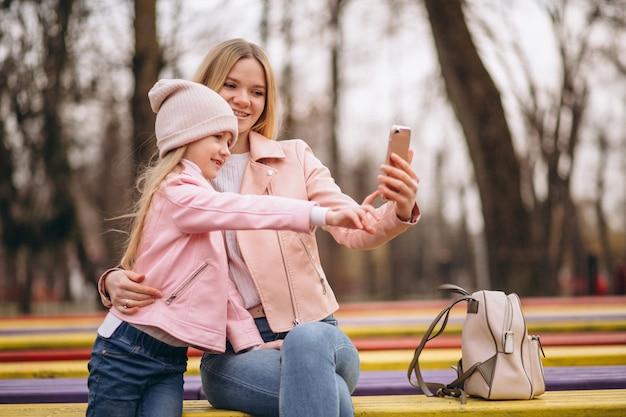 Mãe filha, fazendo, selfie, exterior, parque Foto gratuita