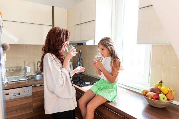 Mãe filha, junto, em, cozinha Foto Premium
