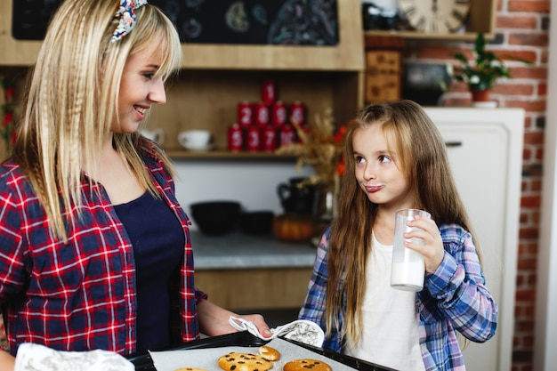 Mãe filha, ligado, um, cozinha, gosto, junto, fresco, assado, bolachas chocolate, com, leite Foto gratuita